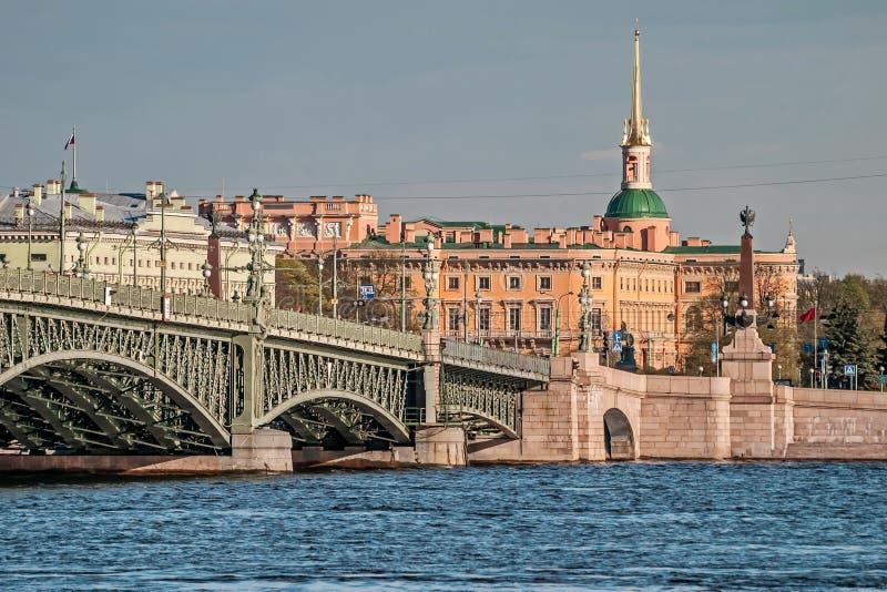 Vue de Neva River et du pont de trinité un jour ensoleillé Appui du pont de trinité Marche autour de la ville photographie stock