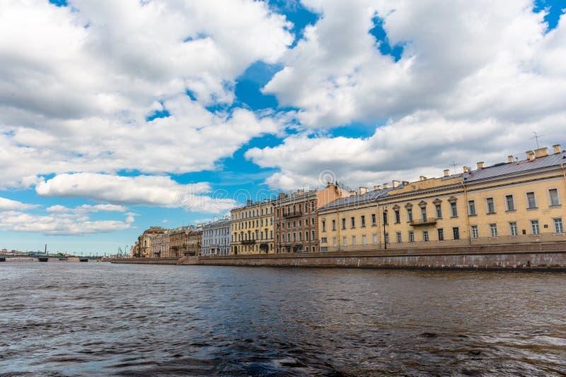 Vue de Neva River sur de belles vieilles maisons, St Petersburg, Russie images stock