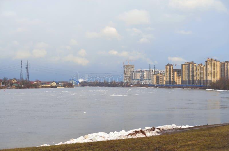 Vue de Neva River sur les périphéries de St Petersburg photos stock