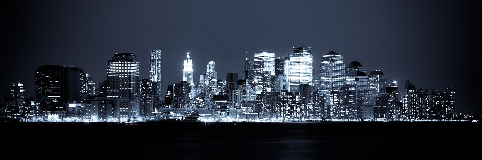 Vue de New York d'horizon de Manhattan par nuit photographie stock libre de droits