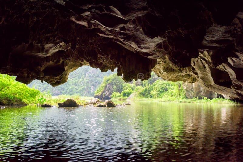 Vue de Ngo Dong River de grotte de karst, Vietnam photographie stock libre de droits