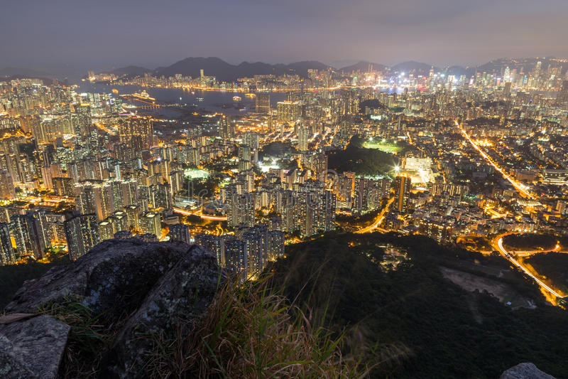 Vue de nouveau Kowloon et de Kowloon en Hong Kong à l'obscurité photographie stock