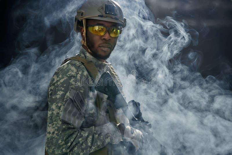 Vue de nuage de fumée de soldat américain en verres image stock