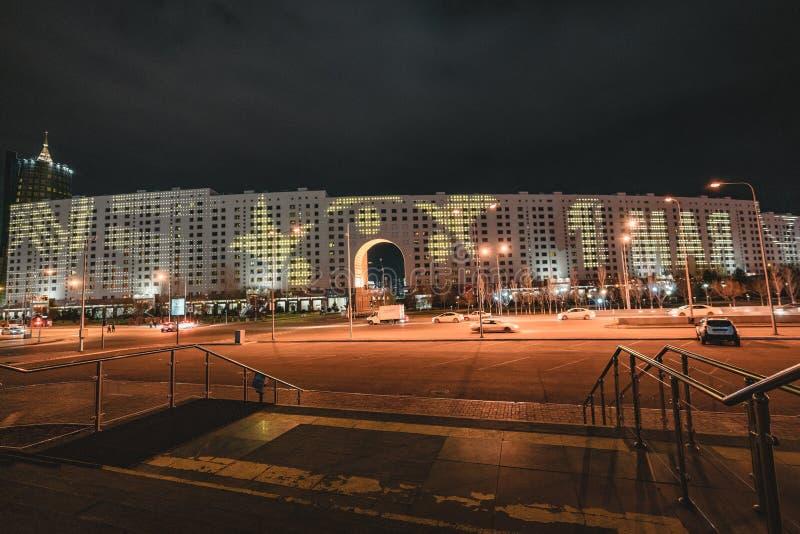 Vue de nuit à la maison des ministères avec la publicité pour le 9 mai à Astana, Kazakhstan image stock