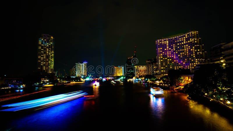 Vue de nuit à travers Chao Phraya River photos stock