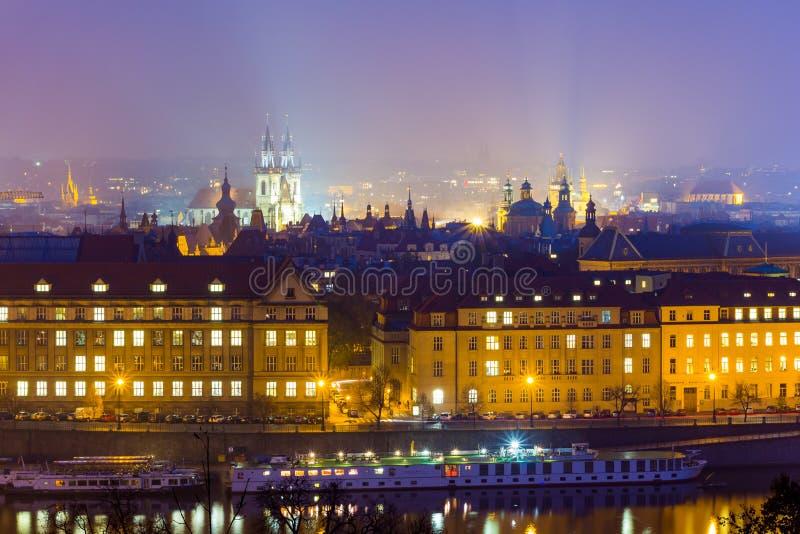 Vue de nuit Église de notre Madame avant Tyn (Chram Matky Tynem pred par Bozi) République Tchèque, premier bâtiment gothique en B photos libres de droits