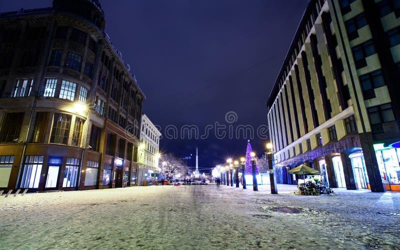 Vue de nuit au centre de vieux Riga, Lettonie photo stock