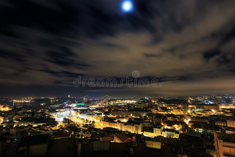 Vue de nuit au-dessus de Lisbonne photographie stock