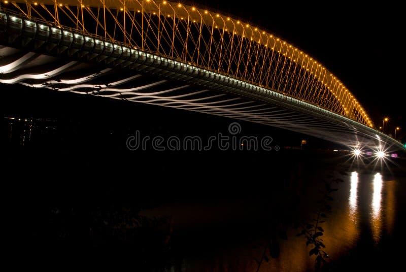 Vue de nuit au pont moderne à Prague, République Tchèque image libre de droits