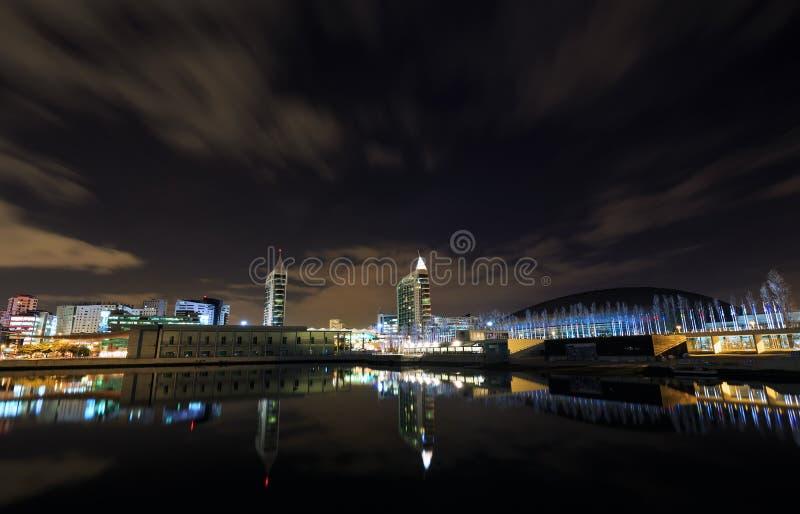 Vue de nuit au secteur d'expo à Lisbonne image libre de droits