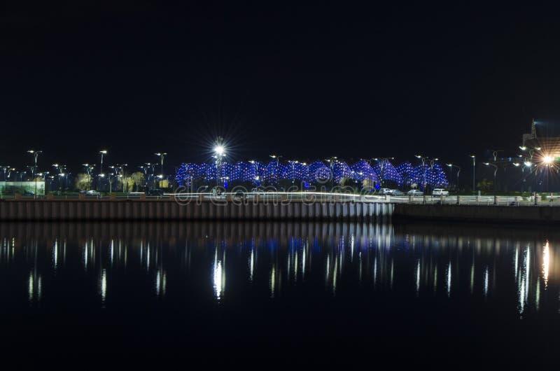 Vue de nuit de Bakou avec les tours de flamme et le boulevard national photos libres de droits