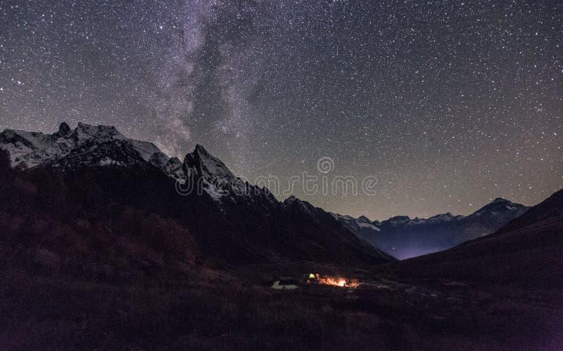 Vue de nuit de camp de touristes dans Dombay, Russie photos libres de droits
