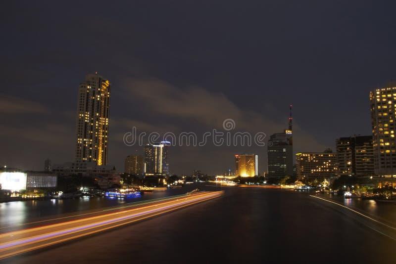 Vue de nuit chez Chao Phraya River, Bangkok, Thaïlande photos stock