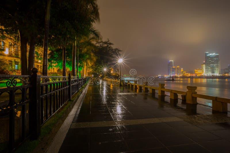 Vue de nuit d'île de Gulangyu en pleuvant, Xiamen images libres de droits