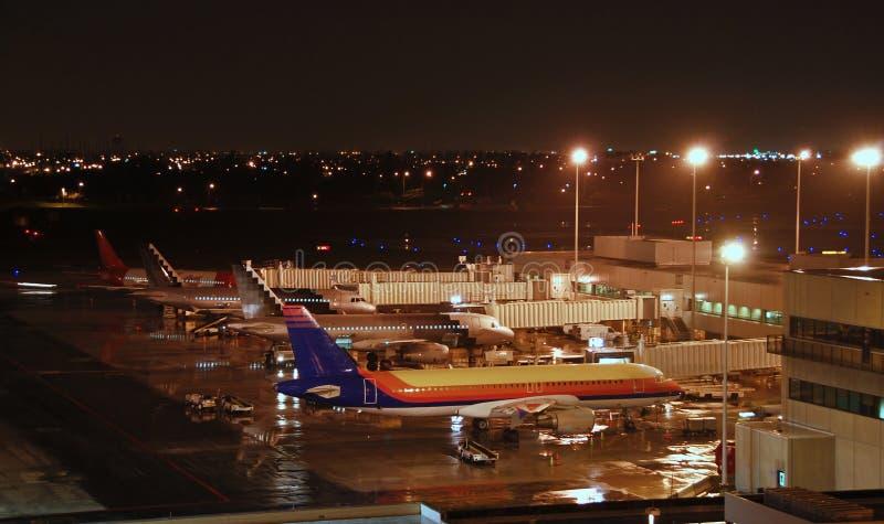 Vue de nuit d'aéroport occupé photographie stock