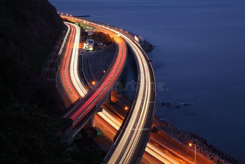 Vue de nuit d'autoroute urbaine de Tomei photographie stock