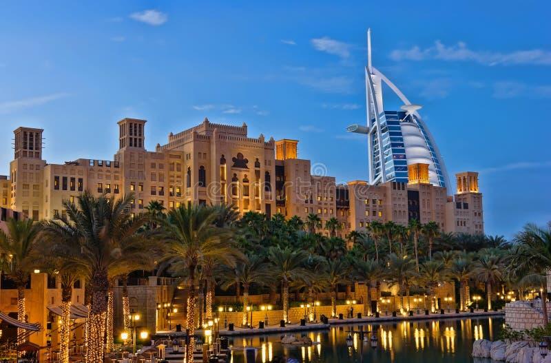 Vue de nuit d'hôtel d'Arabe d'Al de Burj photographie stock