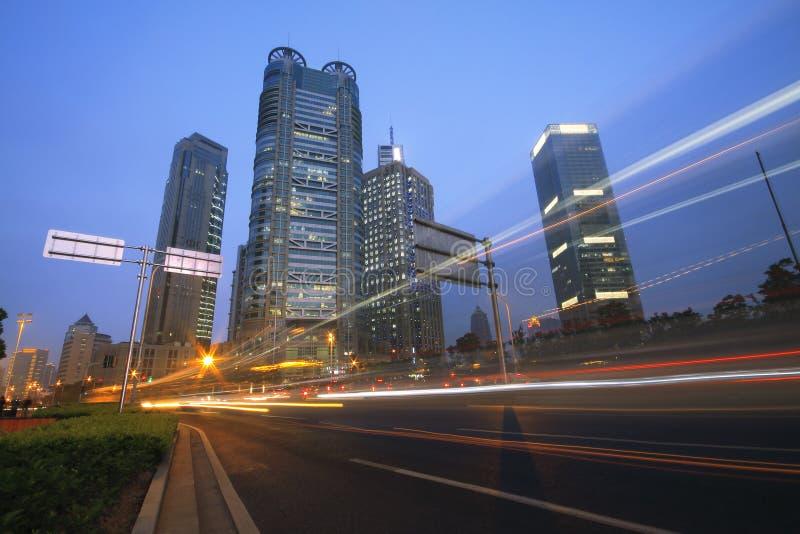 Vue de nuit d'omnibus de Changhaï de circulation images libres de droits