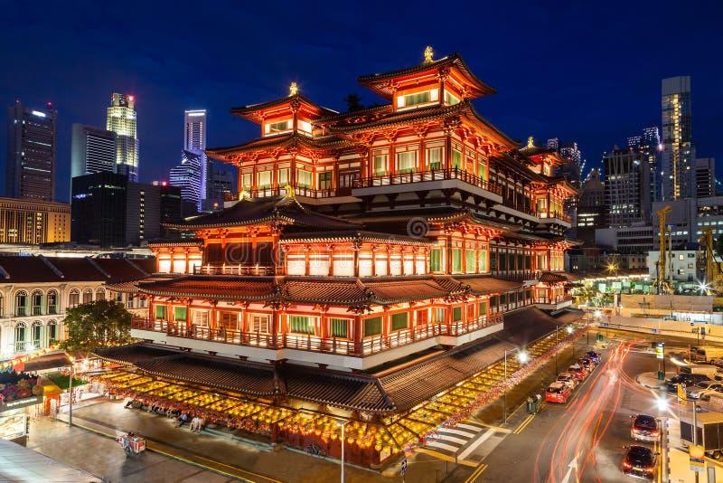 Vue de nuit d'un temple chinois à Singapour Chinatown images stock
