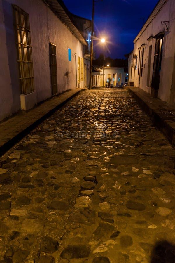 Vue de nuit d'une rue pavée en cailloutis dans Sancti Spiritus, Cu photos stock