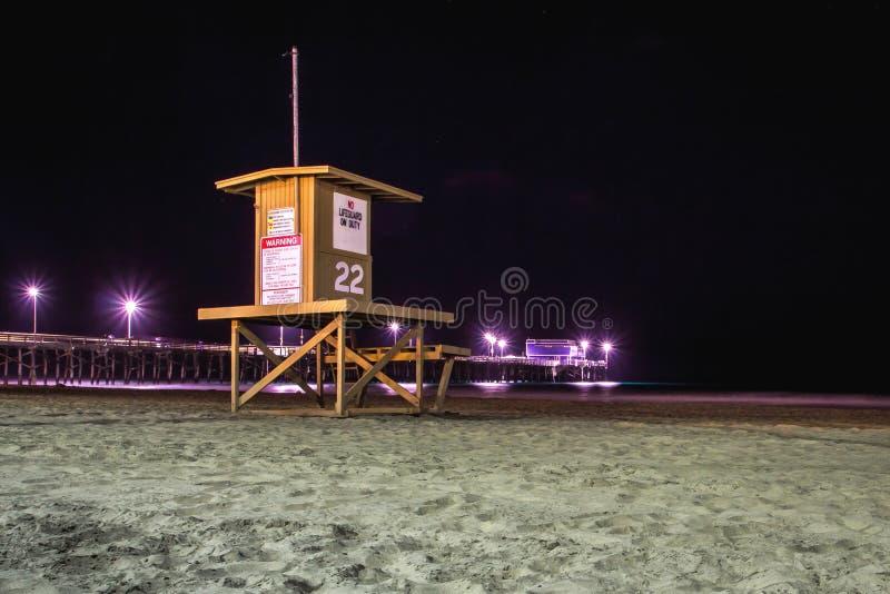 Vue de nuit d'une tour de maître nageur, plage de Newport, la Californie images stock
