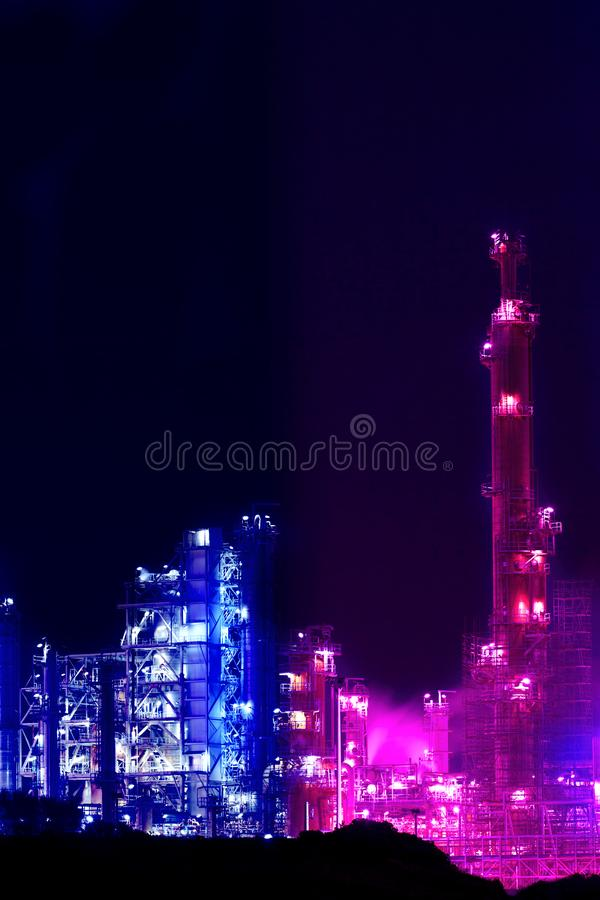 Vue de nuit d'une usine de raffinerie de p?trole photographie stock
