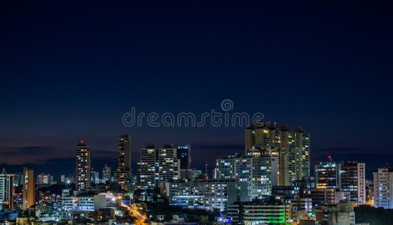 Vue de nuit d'une ville avec les b?timents innombrables images stock