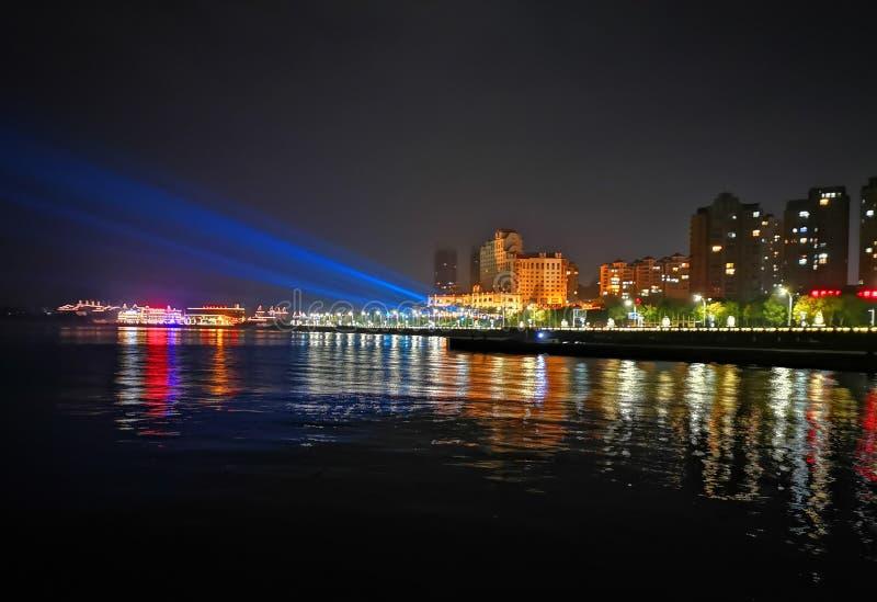Vue de nuit d'une ville de bord de la mer, Yantai, Chine photographie stock