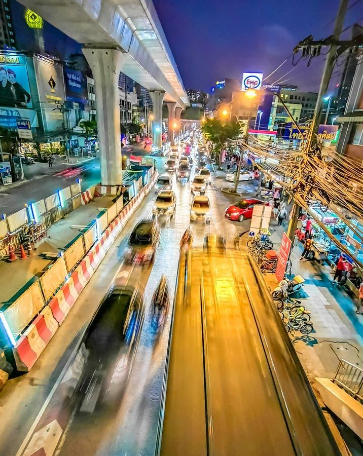 Vue de nuit dans le mouvement de la métropole de Bangkok photographie stock libre de droits