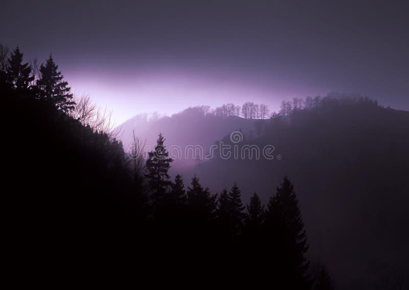 Vue de nuit dans les montagnes photographie stock libre de droits