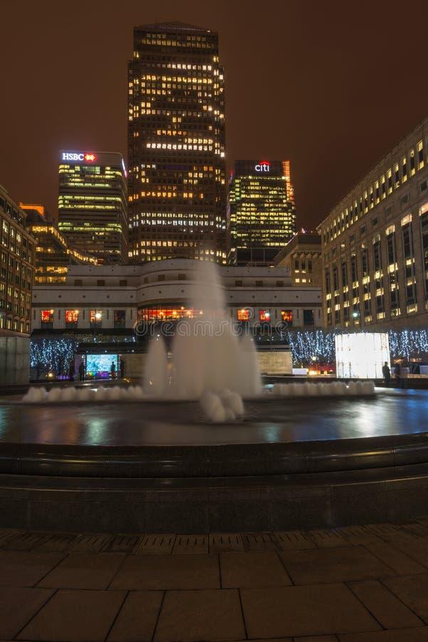 Vue de nuit de Cabot Square dans les quartiers des docks, Londres, R-U photographie stock