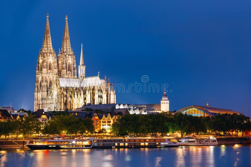Vue de nuit de cathédrale de Cologne, Allemagne l'europe photographie stock libre de droits