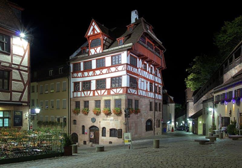 Vue de nuit de Chambre d'Albrecht Durer à Nuremberg photos stock