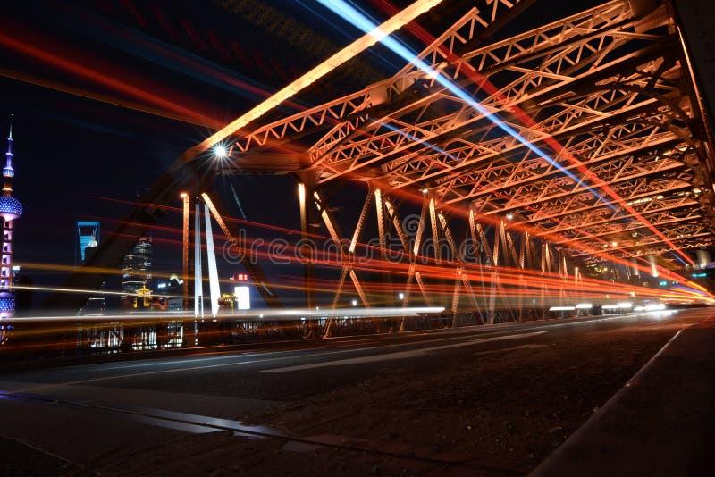 Vue de nuit de Changhaï de la passerelle de jardin image stock