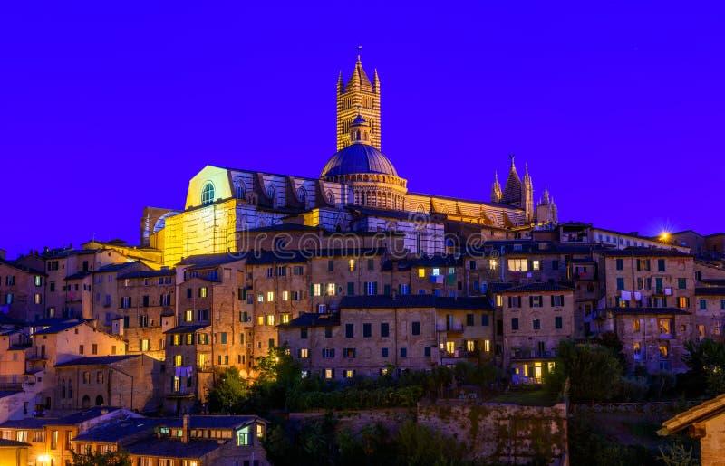 Vue de nuit de dôme et de campanile de Siena Cathedral Duomo di Siena dans Sien photo stock