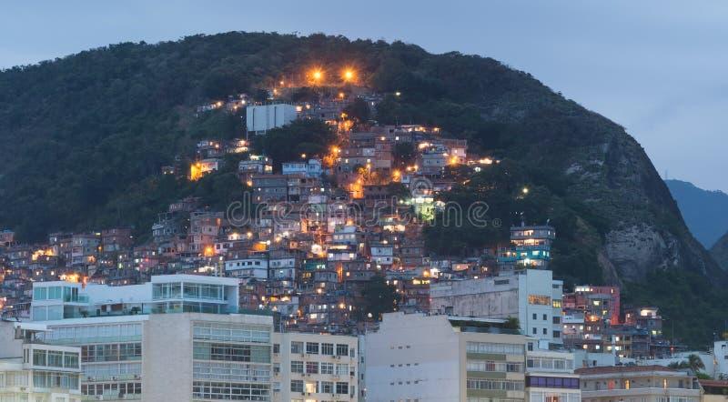 Vue de nuit de favela près de Copacabana en Rio de Janeiro images libres de droits