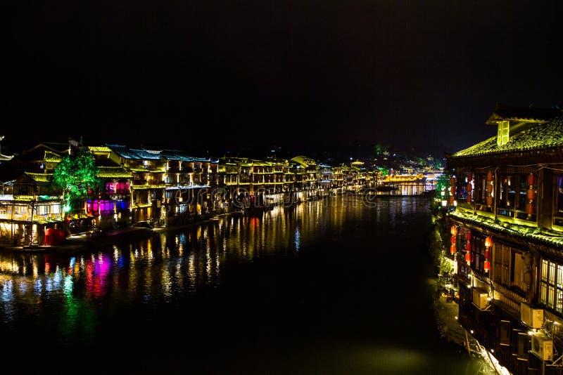 Vue de nuit de FengHuang une petite ville dans la porcelaine moyenne image stock