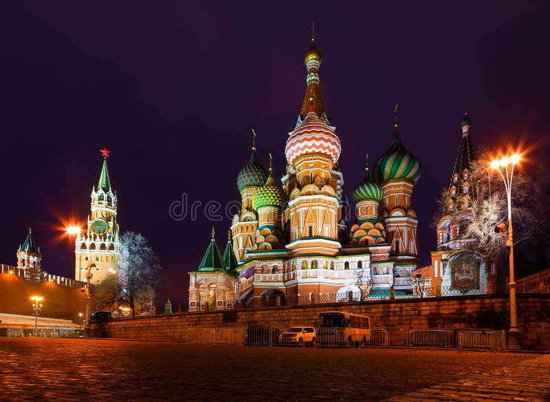 Vue de nuit de grand dos rouge de Moscou, temple de basilic de rue et tour de Spasskaya de Kremlin images stock