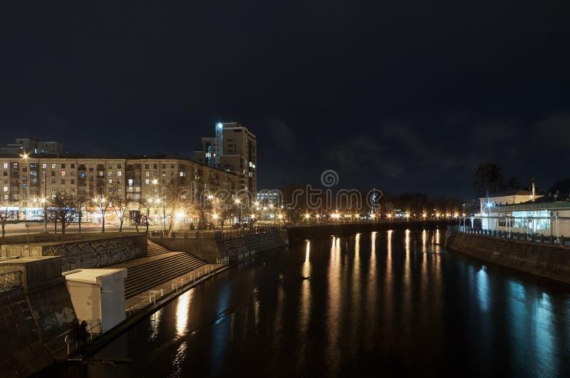 Vue de nuit de la rivière de Lopan Kharkov Ukraine Autumn-2014 image stock