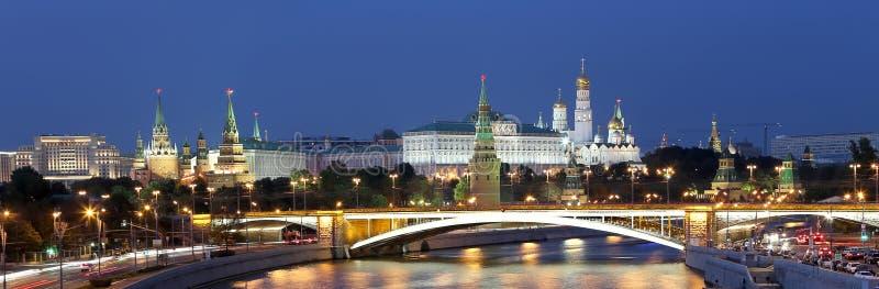 Vue de nuit de la rivière de Moskva, du grand pont en pierre et du Kremlin, Moscou, Russie images stock
