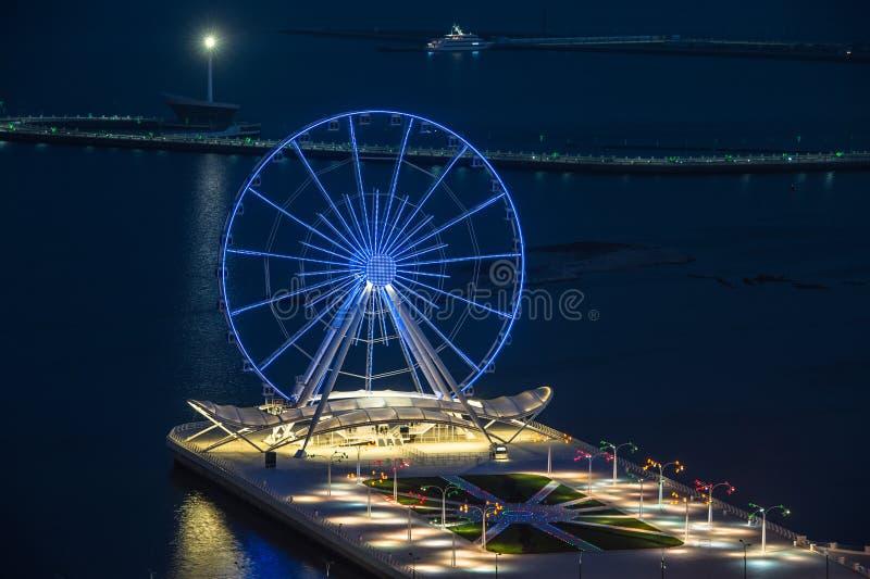 Vue de nuit de la ville de Bakou image stock