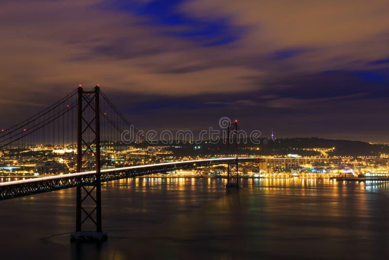 Vue de nuit de Lisbonne et 25ème d'April Bridge image stock