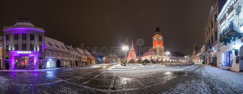 Vue de nuit de logements sociaux de Brasov avec l'arbre de Noël décoré photos stock