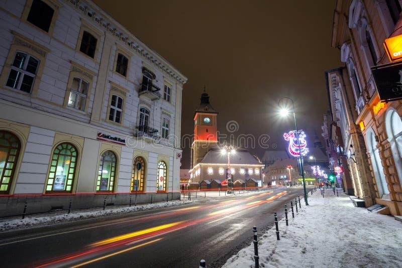 Vue de nuit de logements sociaux de Brasov décorée pour Noël images stock