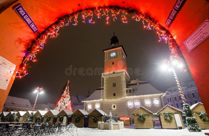 Vue de nuit de logements sociaux de Brasov décorée pour Noël image stock