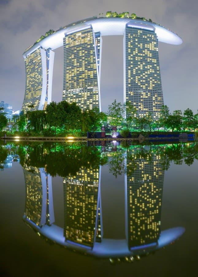 Vue de nuit de Marina Bay Sands Resort Hotel avec la réflexion de l'eau images stock