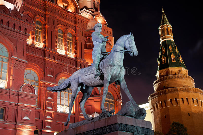 Vue de nuit de monument de Zhukov de maréchal photographie stock