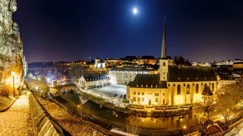 Vue de nuit de Neumunster au Luxembourg photographie stock libre de droits