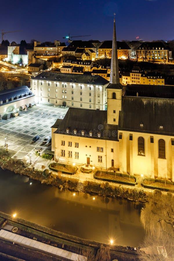 Vue de nuit de Neumunster au Luxembourg image stock