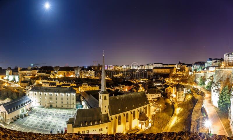Vue de nuit de Neumunster au Luxembourg photo libre de droits